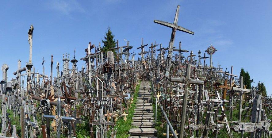 Escalera que sube a o alto de la colina de las cruces