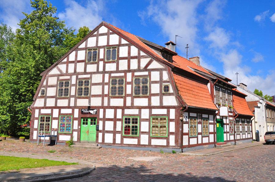 Uno de los edificios de estilo Fachwerk en Klaipeda