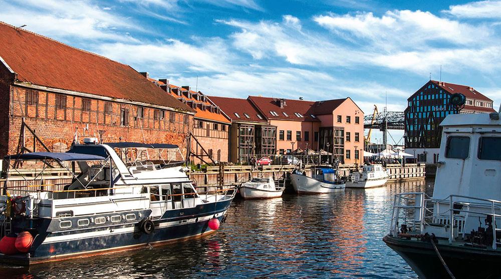 Edificios sobre el río Danés en Klaipeda